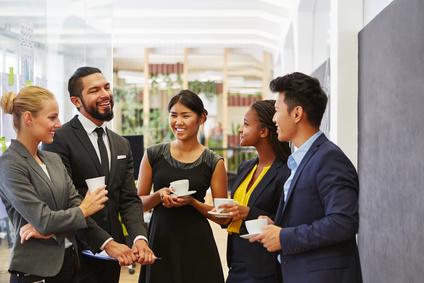 Team beim Smalltalk und Kaffeetrinken